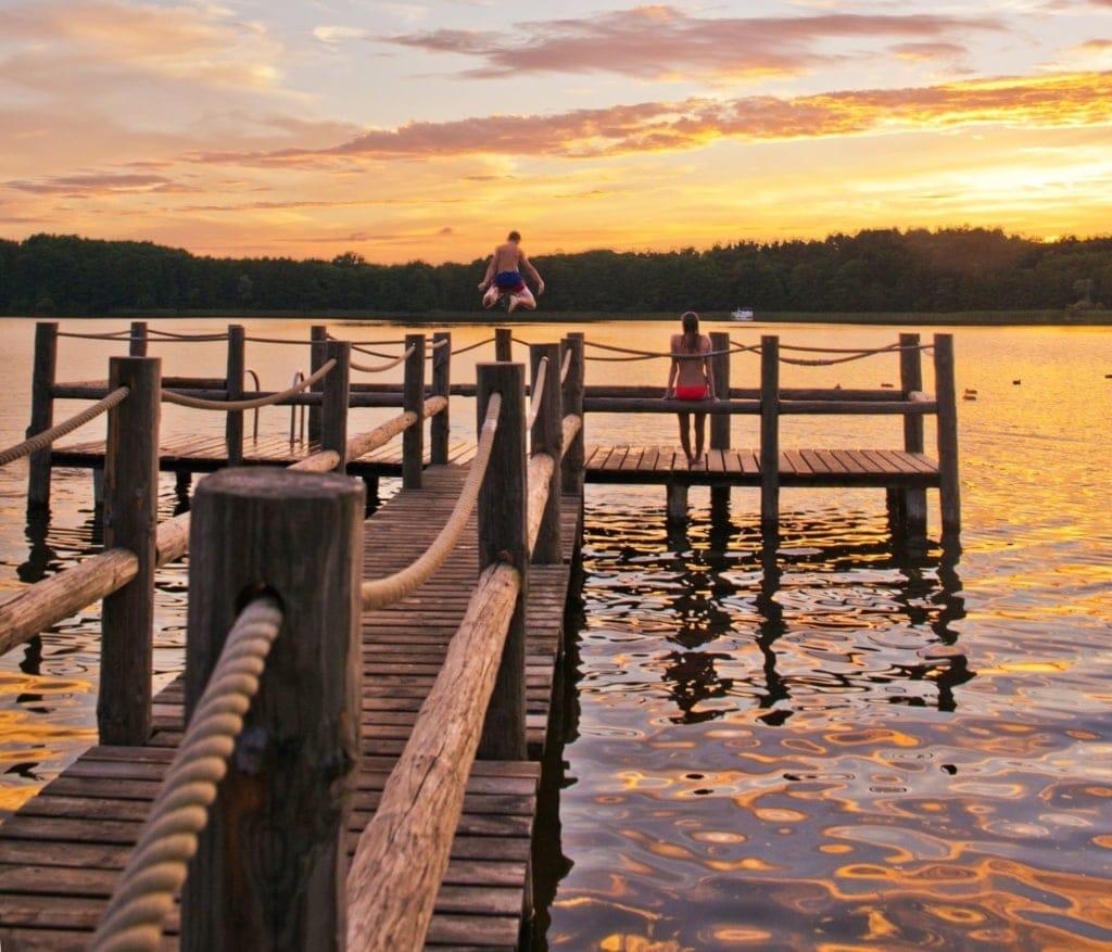 Kinder baden in einem See an einem der besten Reiseziele für Familien mit Kindern