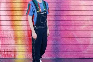 Timo Kohlenberg vor pinker Wand, Graffitti