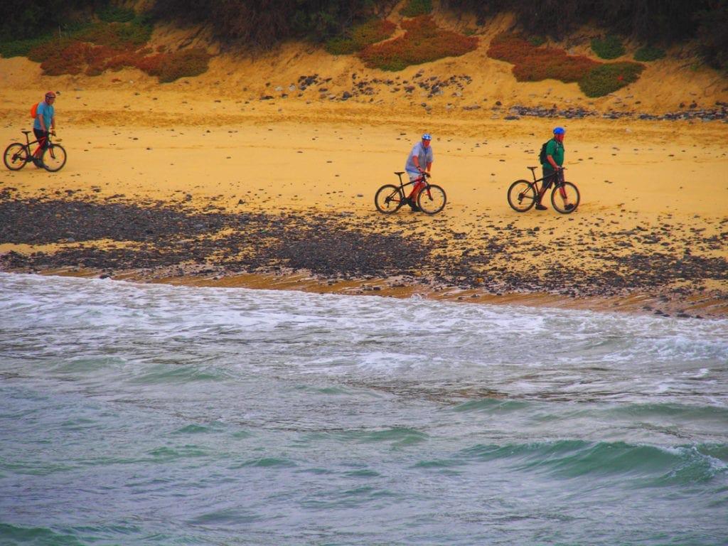 Mountainbiker am Strand von Porto Santo