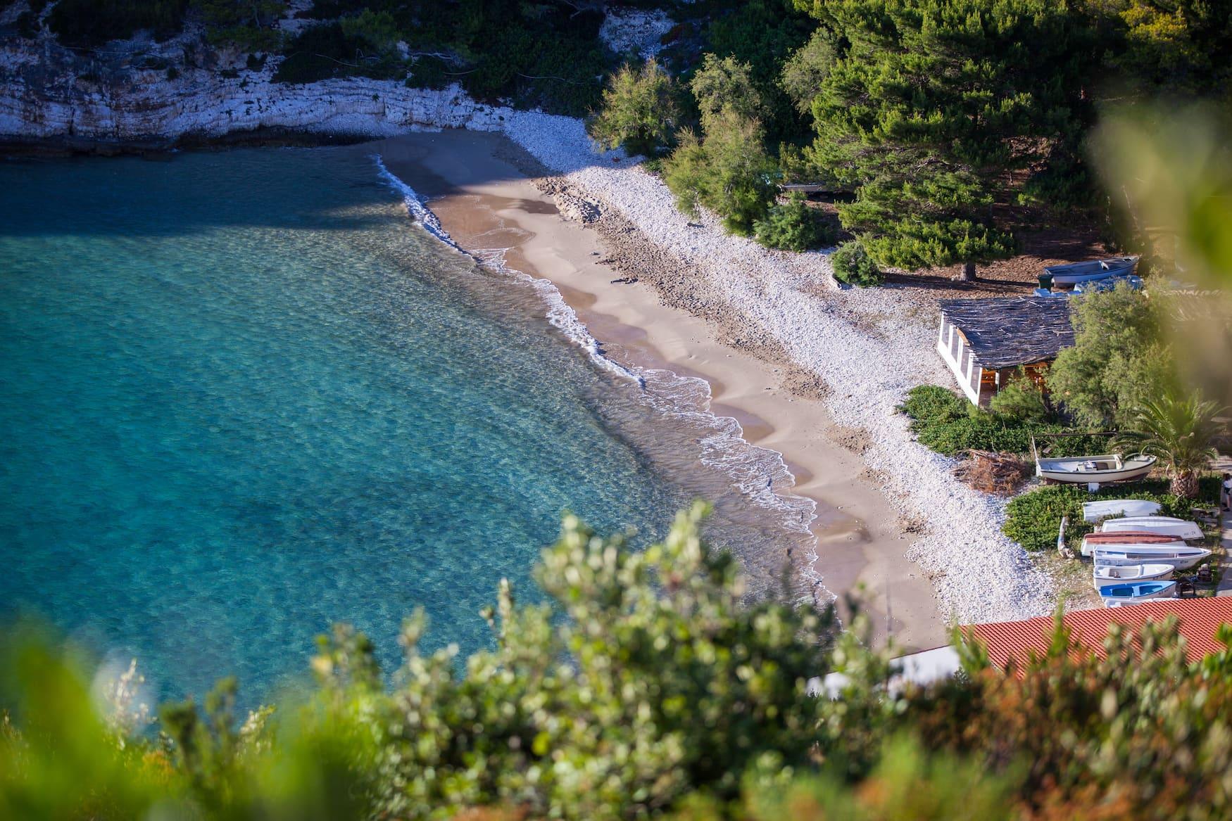 Strandabschnitt auf der kroatischen Insel Bisevo