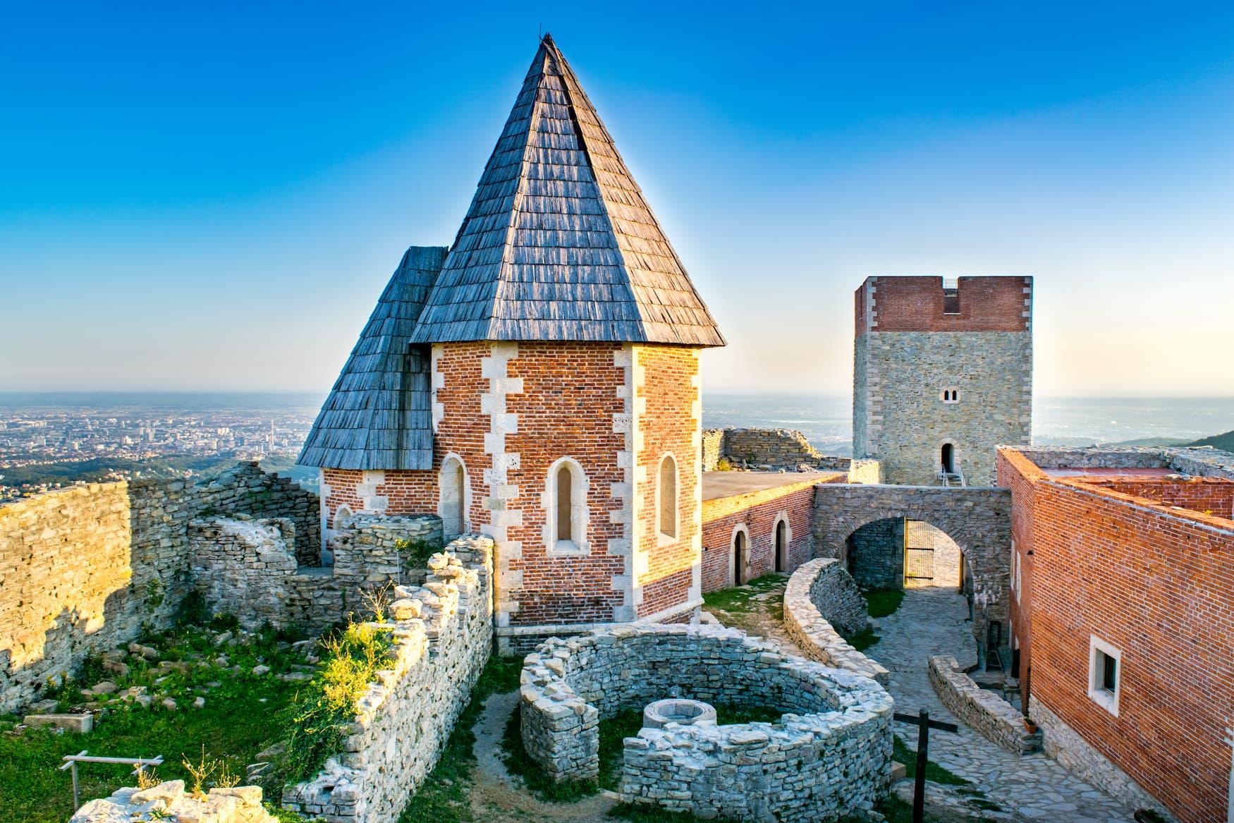 Mittelalterliche Burg in Medvednica nahe der kroatischen Hauptstadt Zagreb