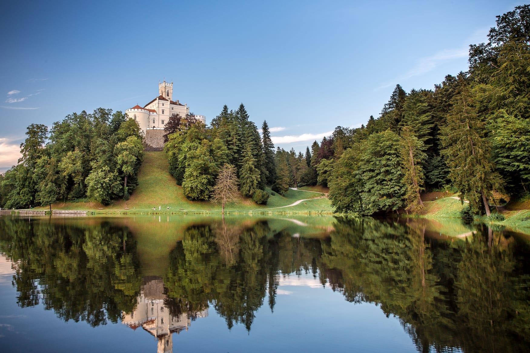 Blick auf die Burg Trakoscan an einem sonnigen Tag