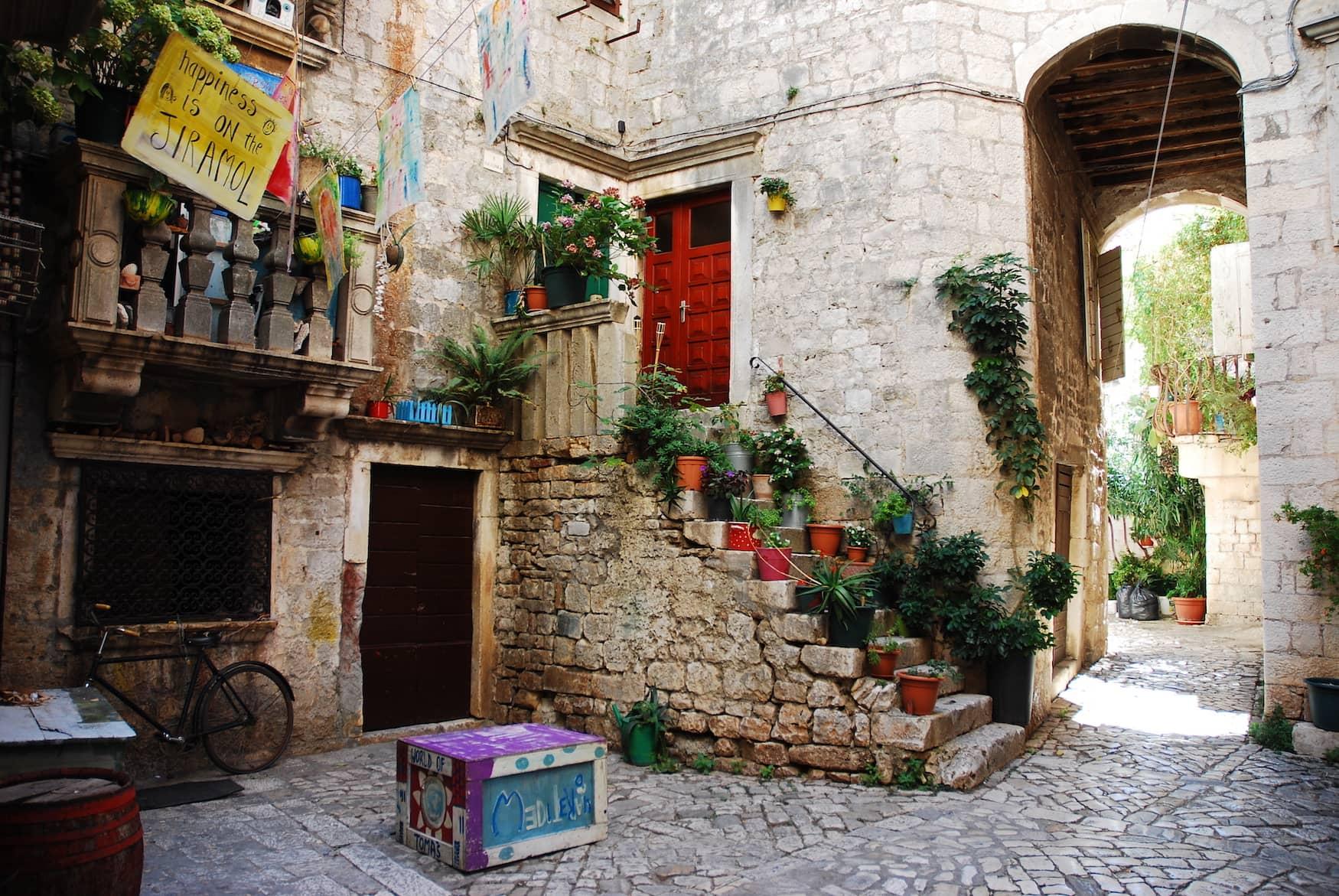 Gassen in Trogir, Kroatien