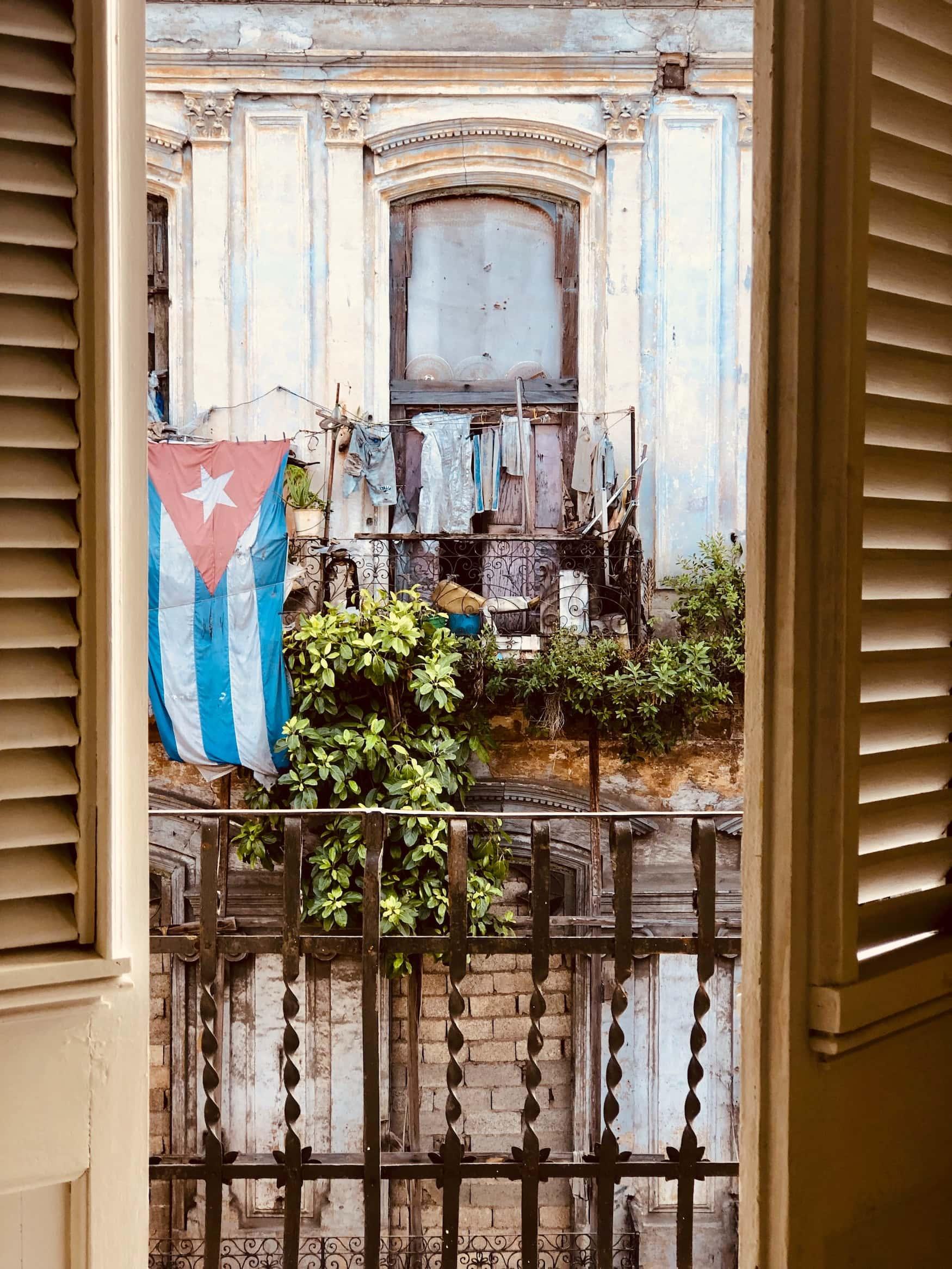 Kubanische Flagge an Hauswand in Havanna