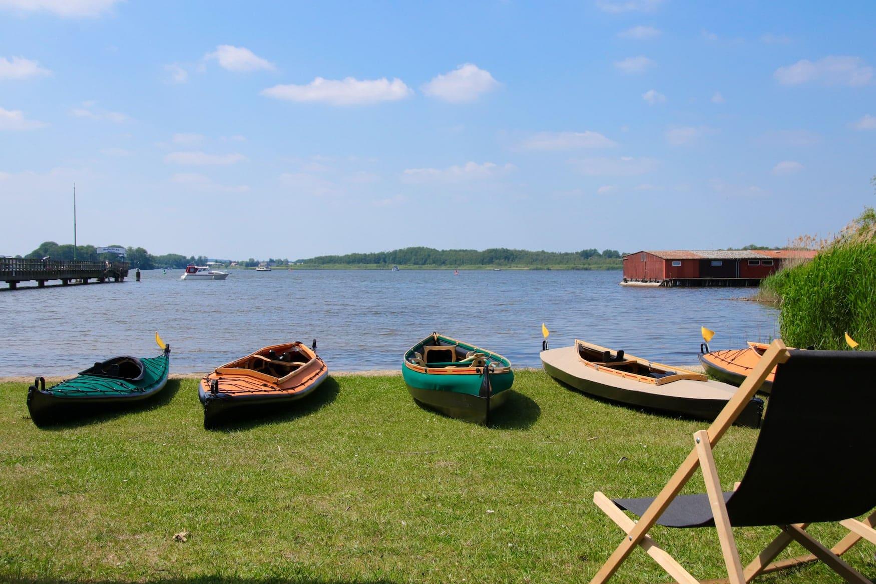 Paddelboote am Ufer der Mecklenburgischen Seenplatte im Müritz Nationalpark