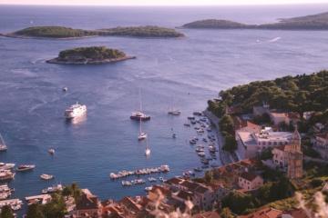 Segelschiffe im Hafen von Hvar, Kroatien