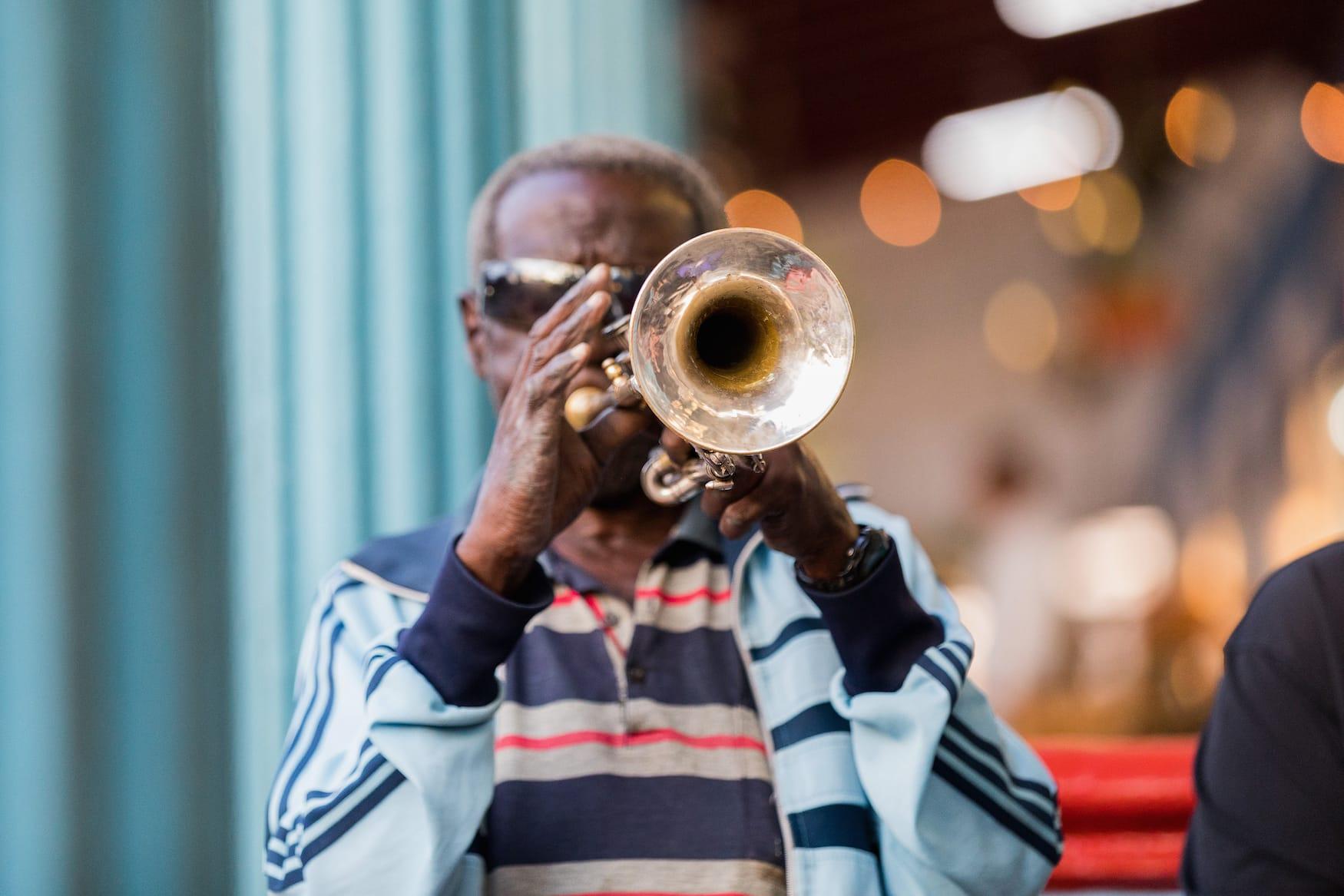 Latin Jazz: Trompetenspieler in den Straßen von New York