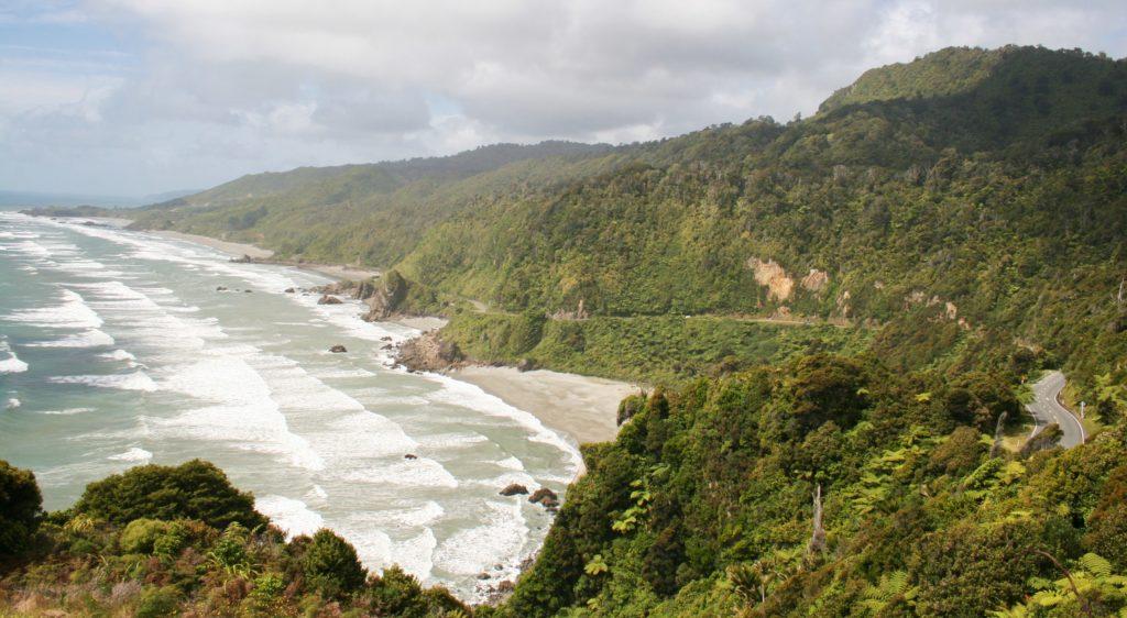 Eine windige Straße führt um das Ostkap Neuseelands.