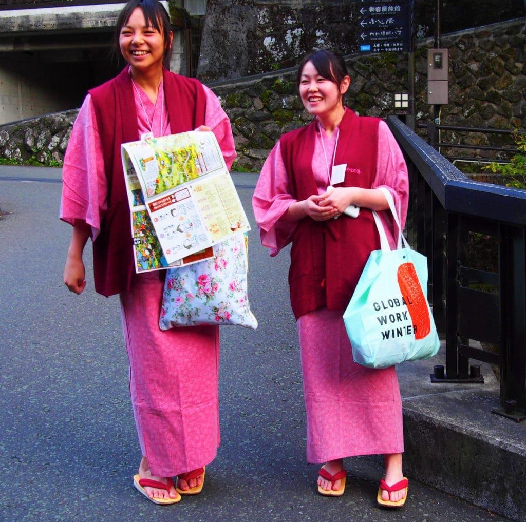 Japanerinnen im Onsen-Look