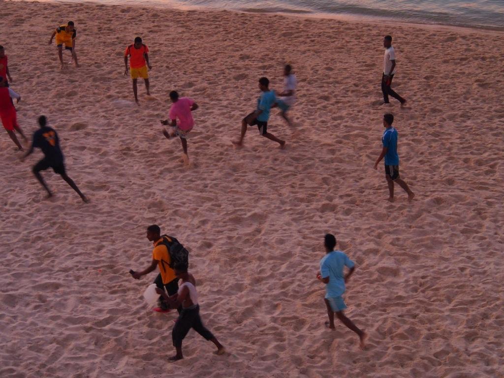 Jungs kicken am Strand vor dem Park Hyatt Sansibar