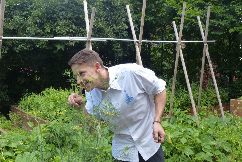 Küchenchef Roland Reuss in seinem Kräutergarten