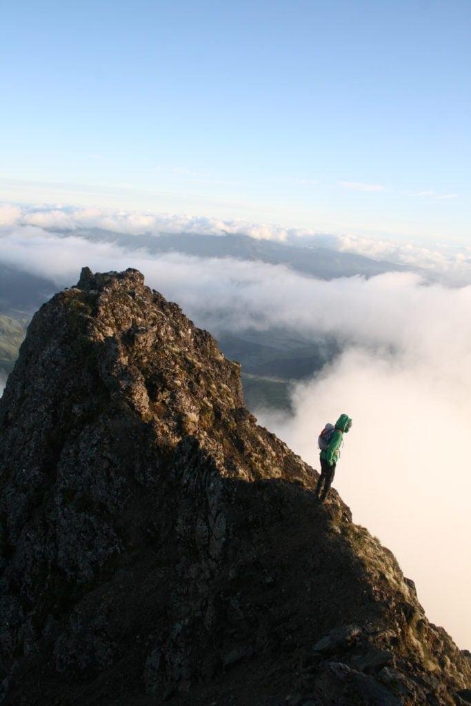 Ein schmaler Bergkamm führt hinauf zum Gipfel.
