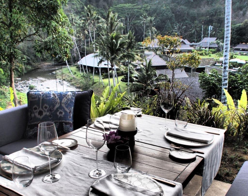Mit Blick auf den nimmermüden Fluss speisen: Mandapa, a Ritz Carlton Reserve, Bali
