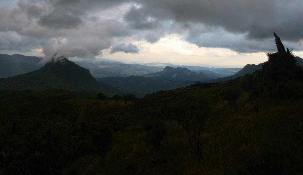Düster ziehen regenreiche Wolken über uns hinweg, als wir uns zur Wanderhütte auf dem Mount Hikurangi in Neuseeland aufmachen..