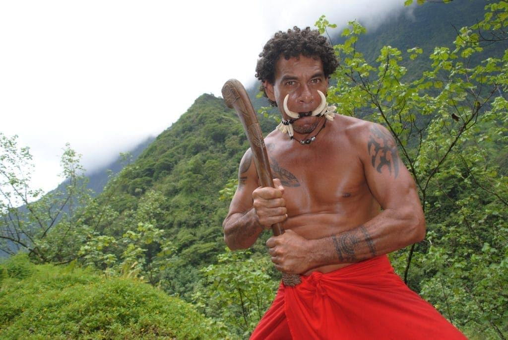 Guide Teva zeigt Touristen auf Papeete, wo es lang geht - Französisch-Polynesien