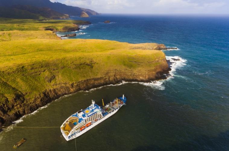 Das Frachtschiff Aranui 5 hat einige Plätze für abenteuerlustige Touristen an Bord.