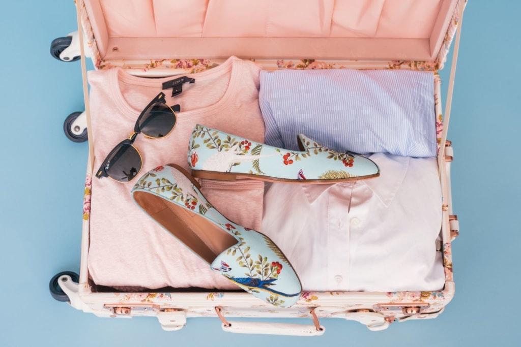 Gepackter Koffer einer Frau