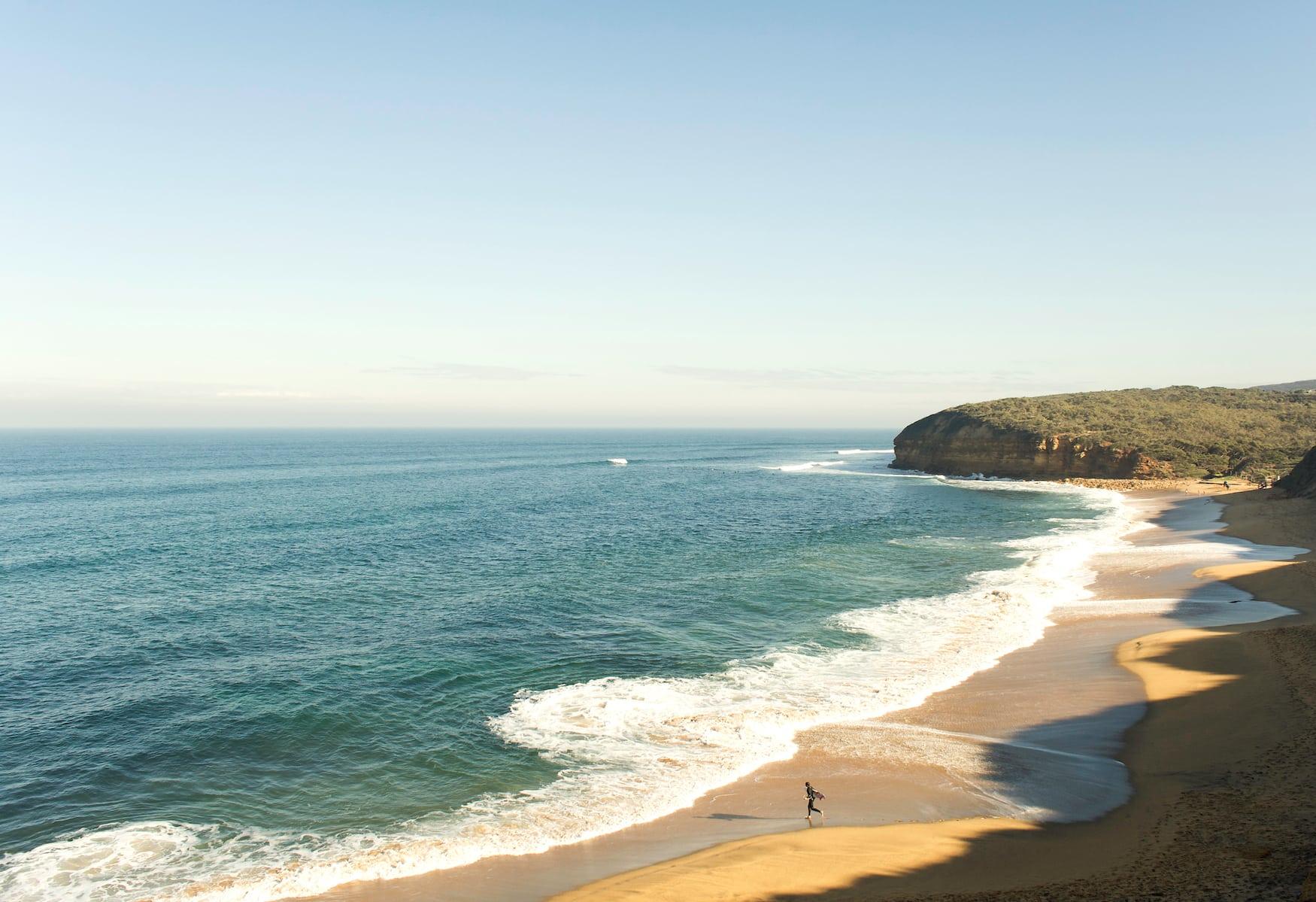 Wellen brechen auf den Bells Beach in Australien