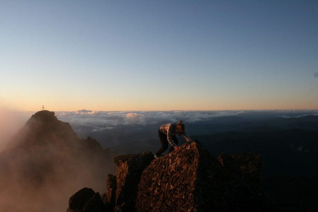 Wieso steht das Gipfelkreuz nur dort hinten? Mount Hikurangi in Neuseeland.