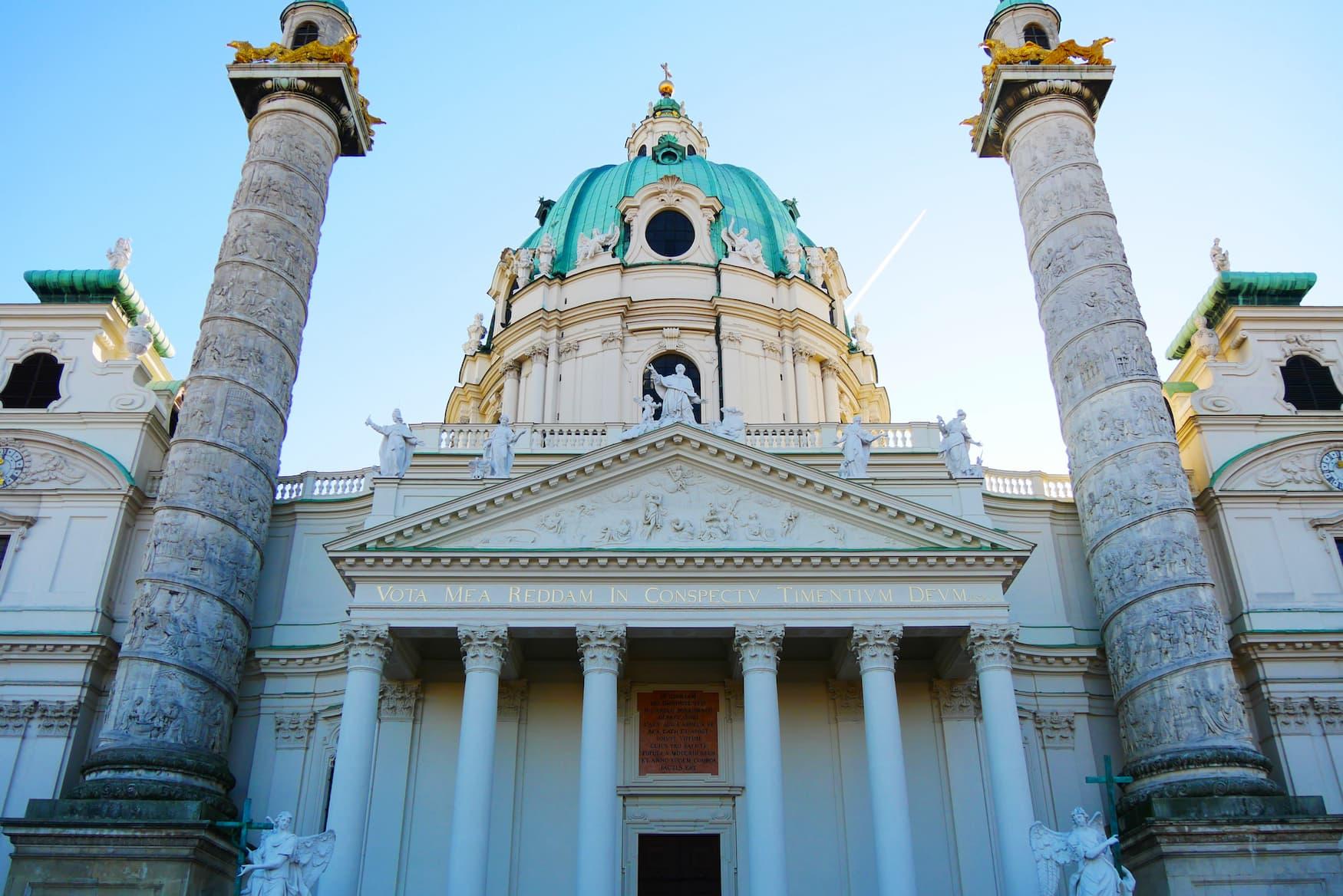 Karlskirche in Wien: Hoch oben in der Kuppel befindet sich einer der schönsten Aussichtspunkte in Wien