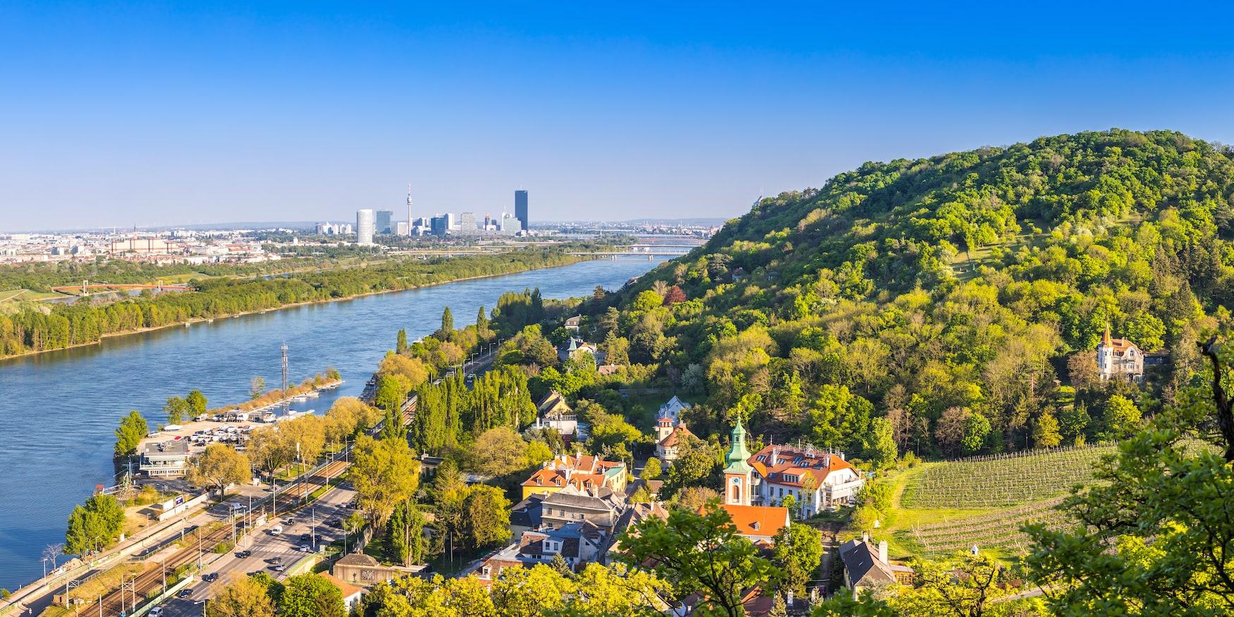 Ansicht der Wiener Vorstadt - Kahlenbergdorf mit Blick auf die Donau, die Donauinsel und die Wiener Skyline im Hintergrund, Österreich