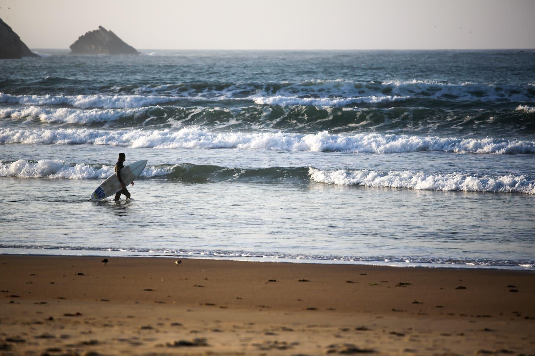 Surfer im Surfurlaub am Strand von Peniche in Portugal