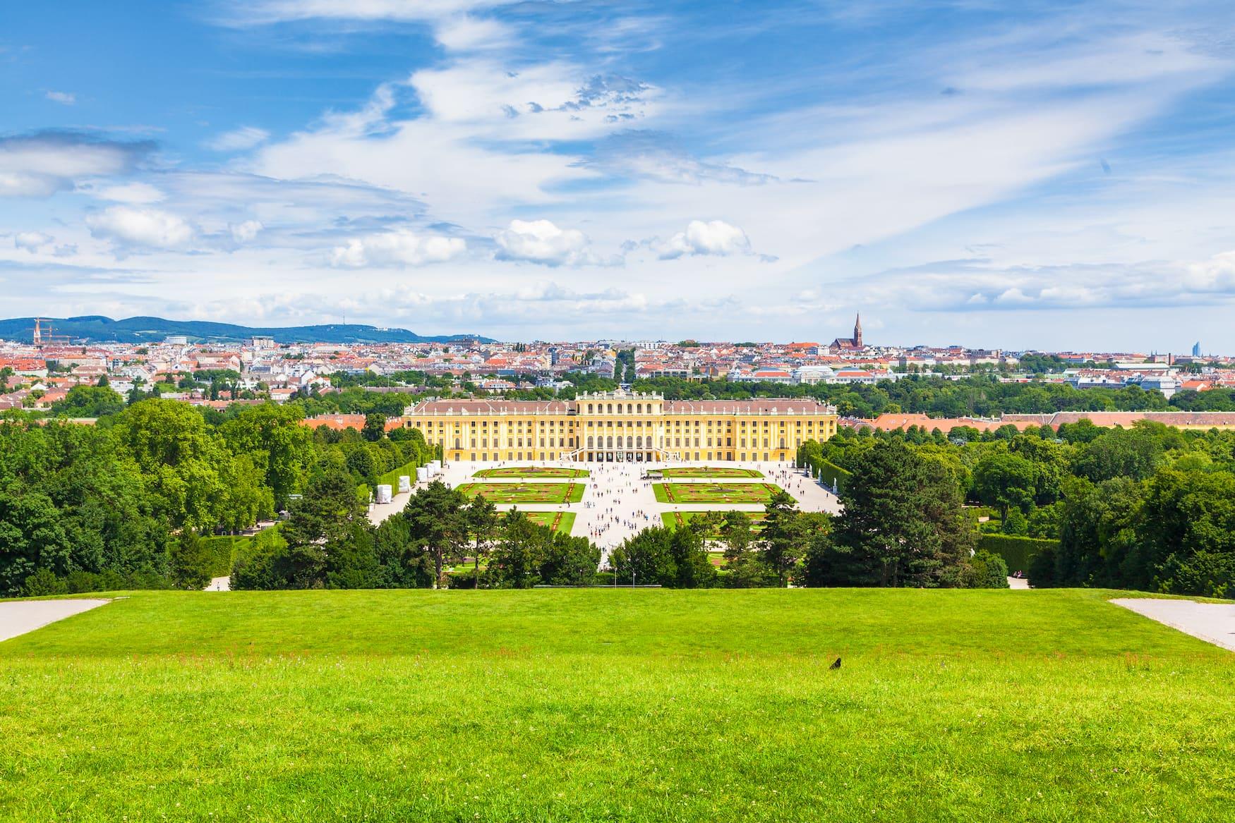 Aussichtspunkt mit Blick auf den Schlosspark Schönbrunn in Wien