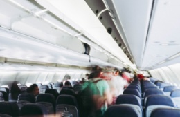 menschen gehen durch Reihen im Flugzeug auf der suche nach dem besten Sitzplatz