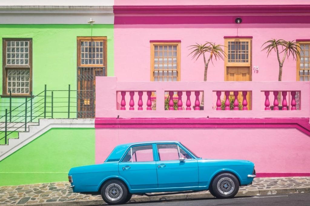 Auto und Häuser im Bo-Kaap-Viertel in Kapstadt