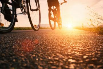 Nicht ohne mein Fahrrad: Radfahrer unterwegs während des Sonnenuntergangs