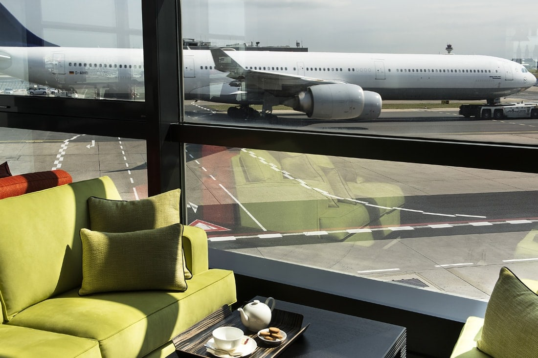 Sitzplatz in der Lounge des VIP-Service am Frankfurter Flughafen mit Blick aufs Rollfeld