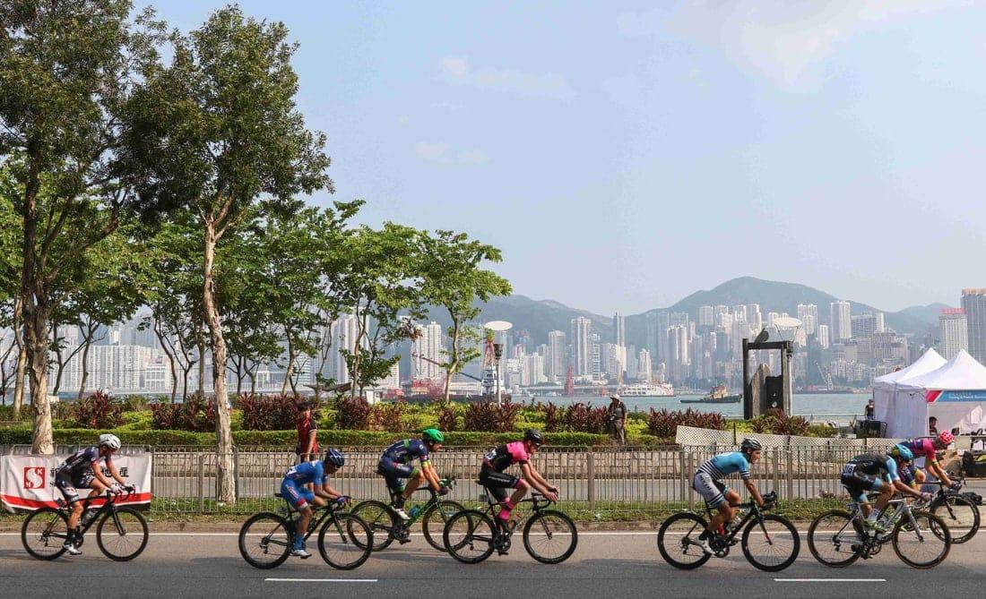 Radfahren im Spätsommer: Fahrradfahrer in der City in Hongkong