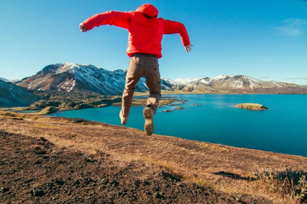 Mann in Island springt in die Luft