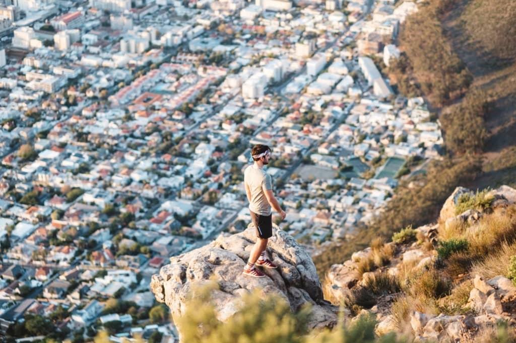 Mann auf dem Lions Head Kapstadt