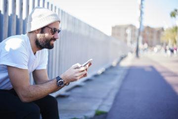 Streit über EU-Roaming bei O2: Mann mit Handy