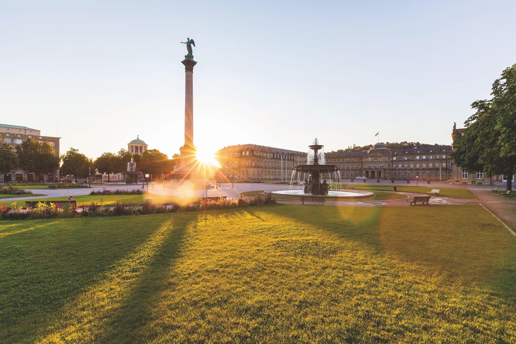 Schlossplatz in Stuttgart bei Abenddämmerung