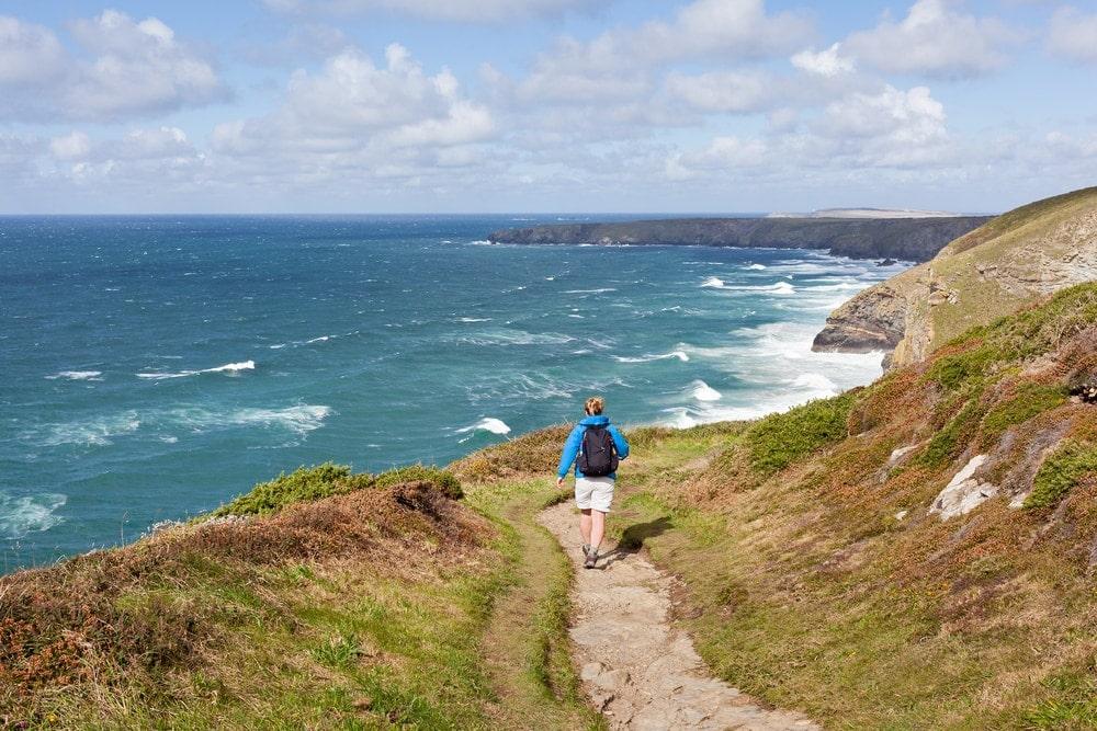 Blick auf einen Wanderer auf dem South West Coast Path in England