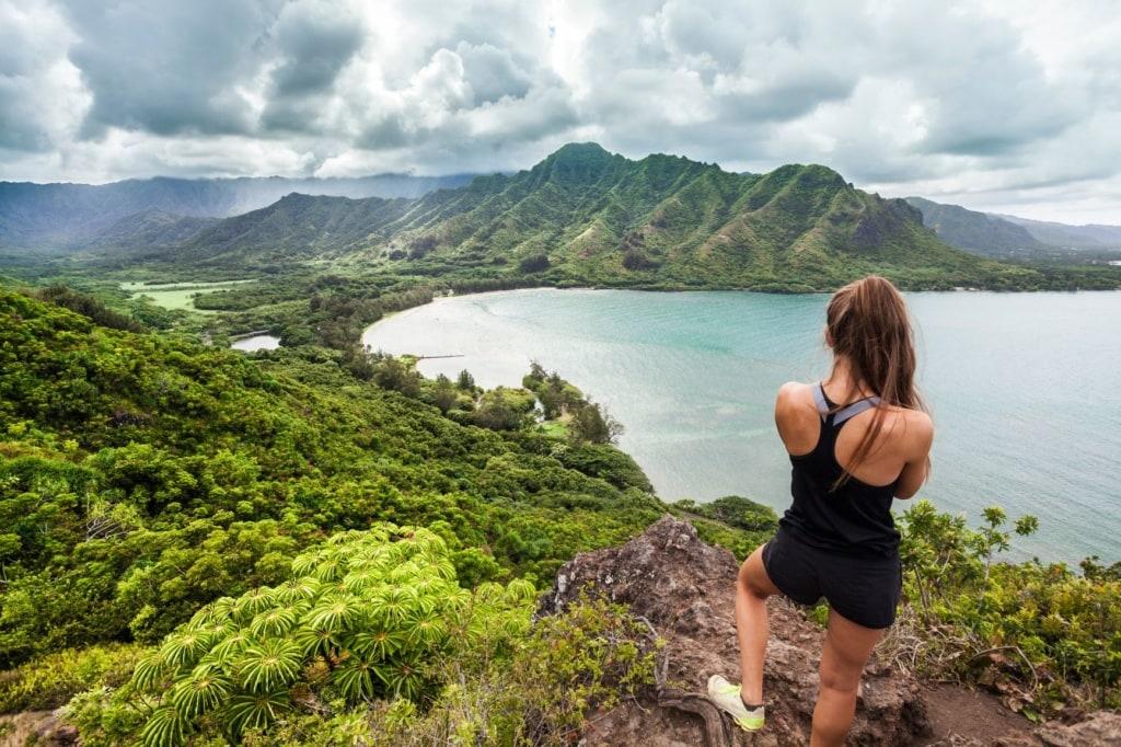 Sportliche junge Frau blickt auf Natur auf Hawaii