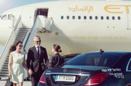Paar steigt aus dem Flugzeug, VIP-Service des Frankfurter Airports