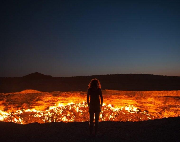 Frau am Abgrund vor Vulkan