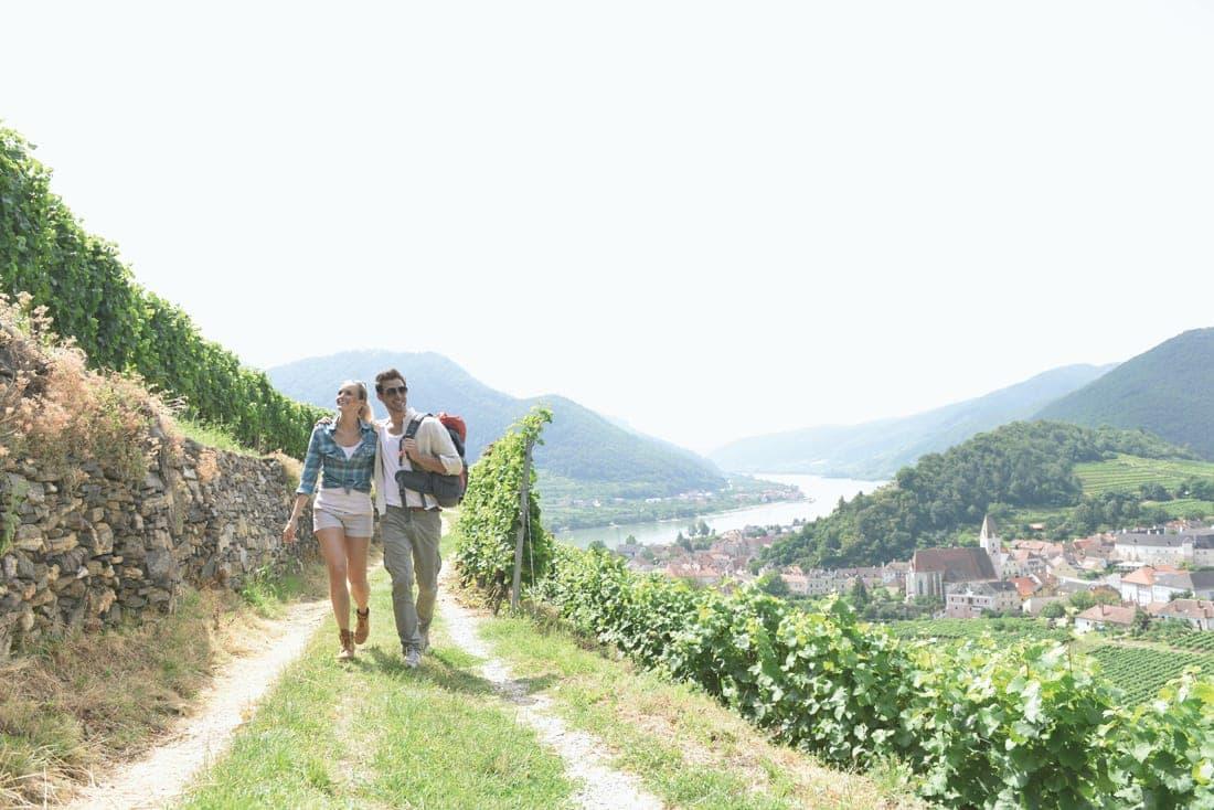 Mann und Frau wandern auf dem Welterbesteig Wachau in Niederösterreich