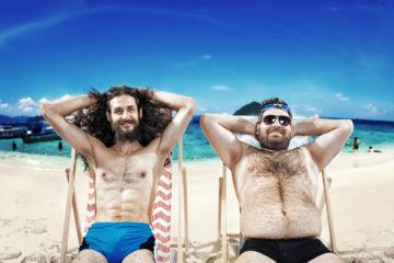 Urlaubstypen in Hotels: Zwei Nerds am Strand in der Sonne liegend