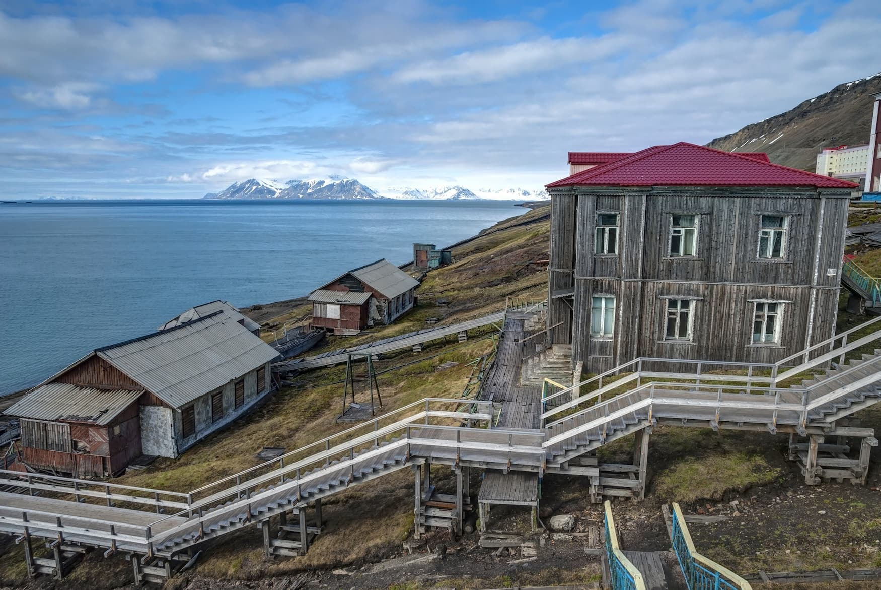 Treppen führen vom Hafen in Barentsburg hoch ins Stadtzentrum