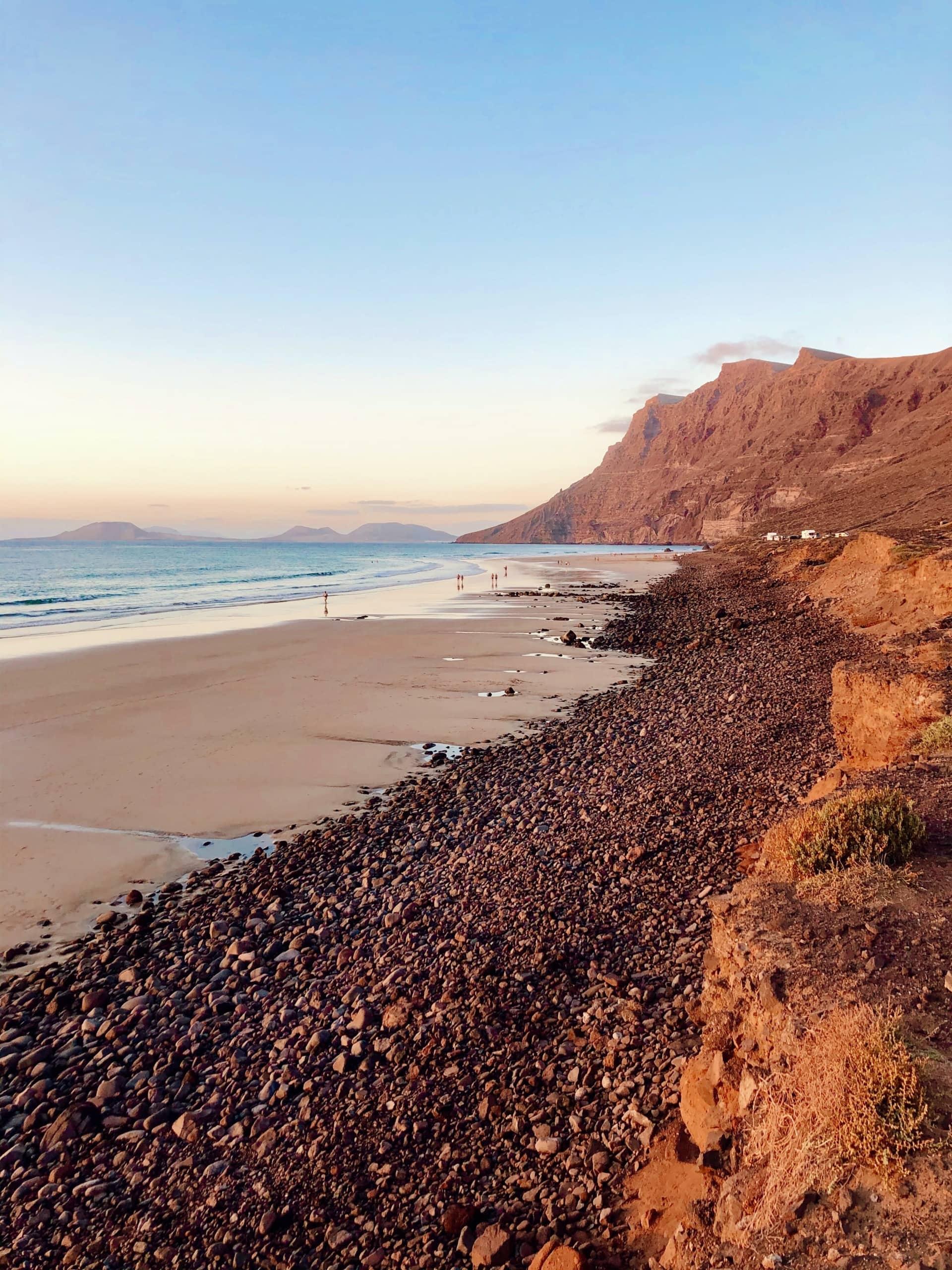 Sandstrand von Famara auf Lanzarote bei Sonnenuntergang
