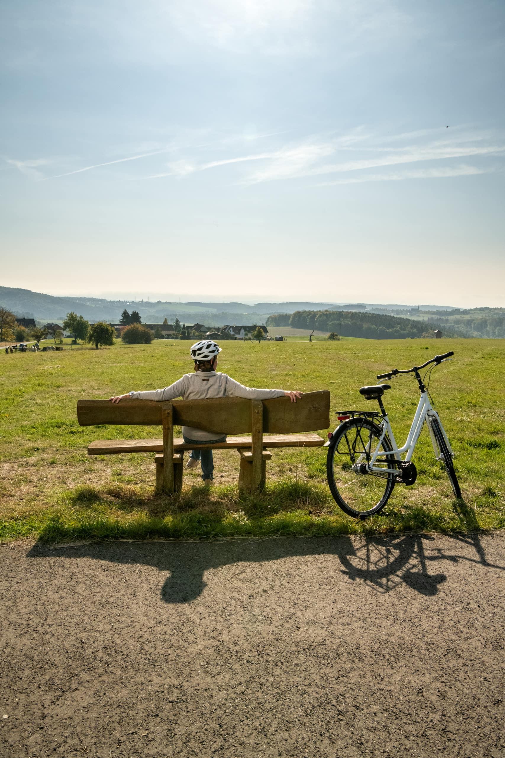 Rast bei der Fahrrad-Tour mit Blick ins Gelbachtal