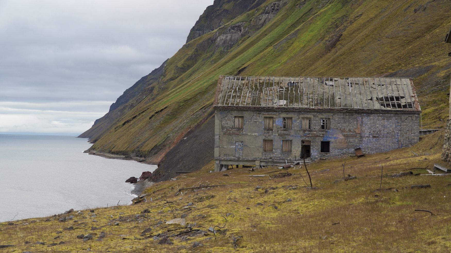 Verlassenes Bergbaudorf Grumant in Spitzbergen