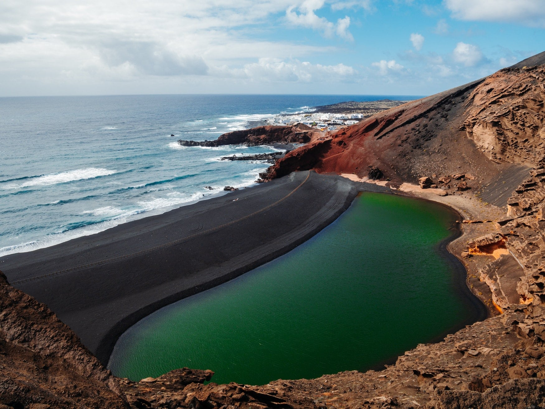 Blick auf eine Lagune vor der Küste von Lanzarote