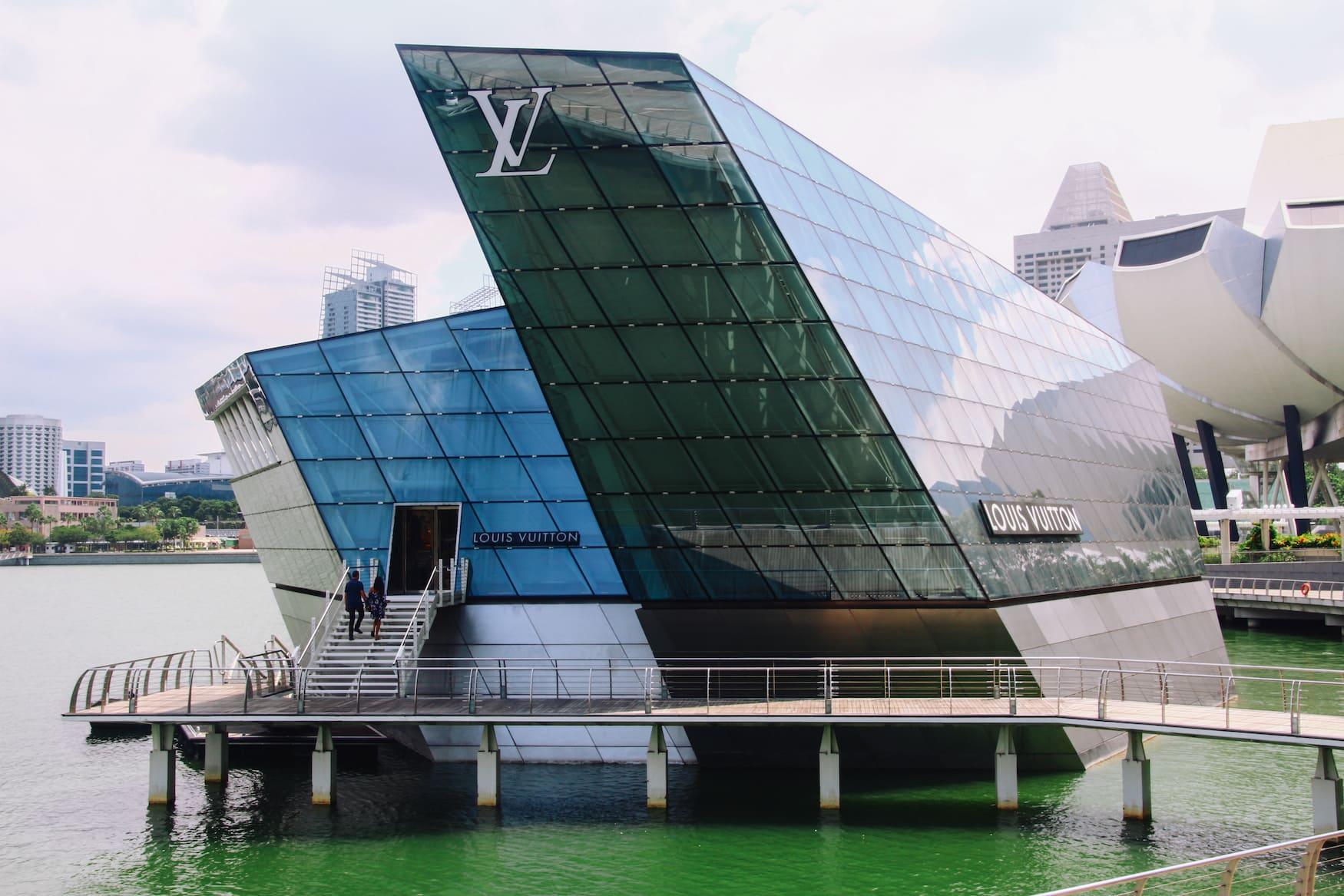 Louis Vuitton Flagship Store ist eine der luxuriösen Sehenswürdigkeiten in Singapur