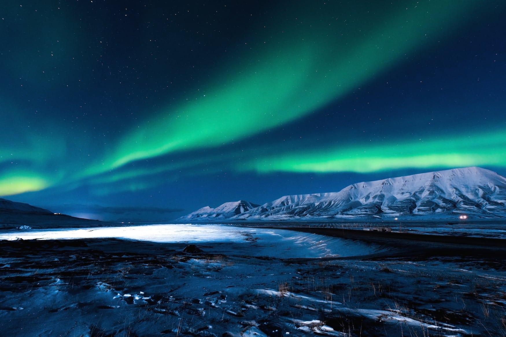 Nordlichter über der Landschaft von Svalbard bei Barentsburg