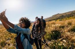 Junge Gruppe beim Wandern und Selfieschießen